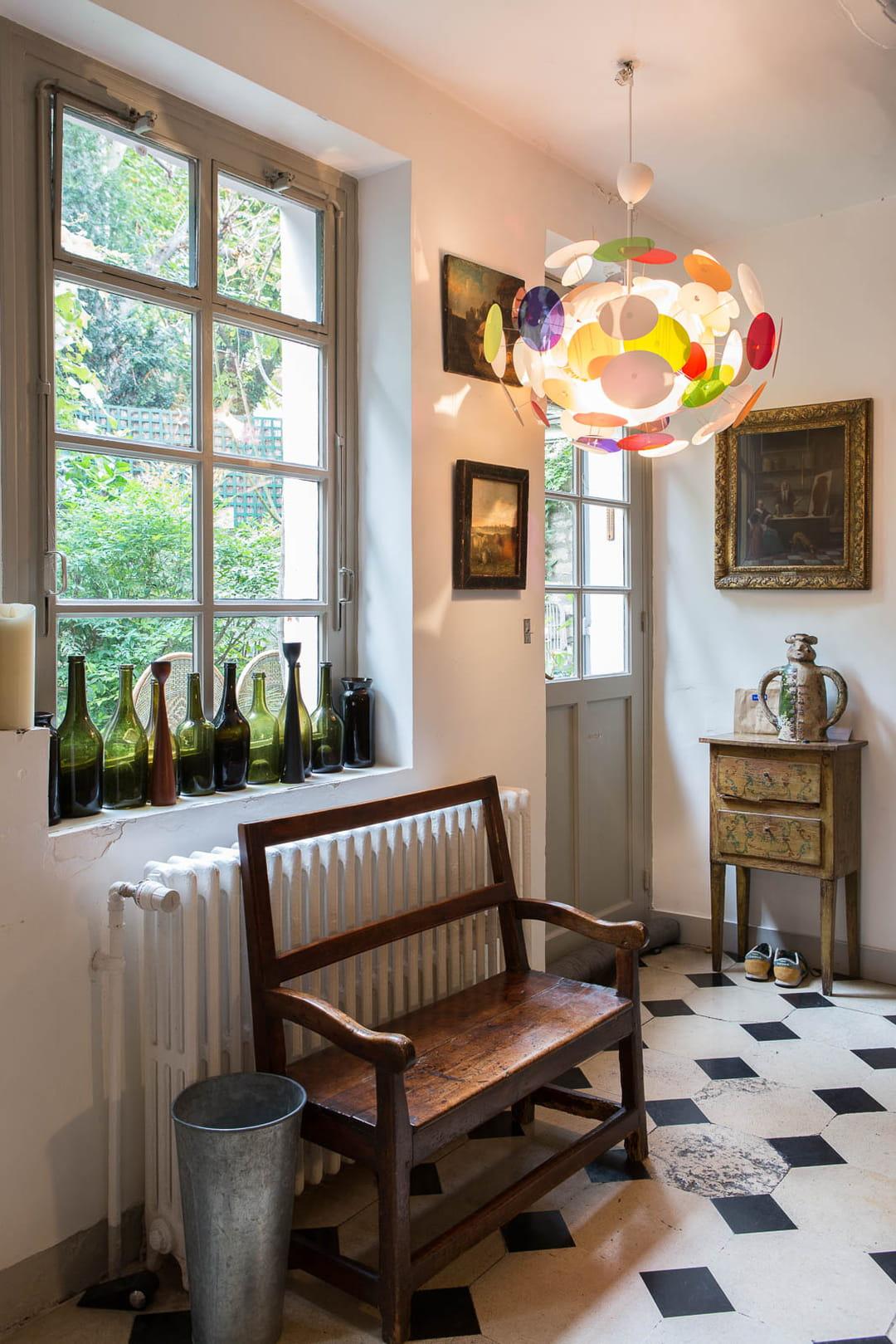 entree-deco-vintage-collection-de-bouteilles-en-verre-sur-le-rebord-de-la-fenetre