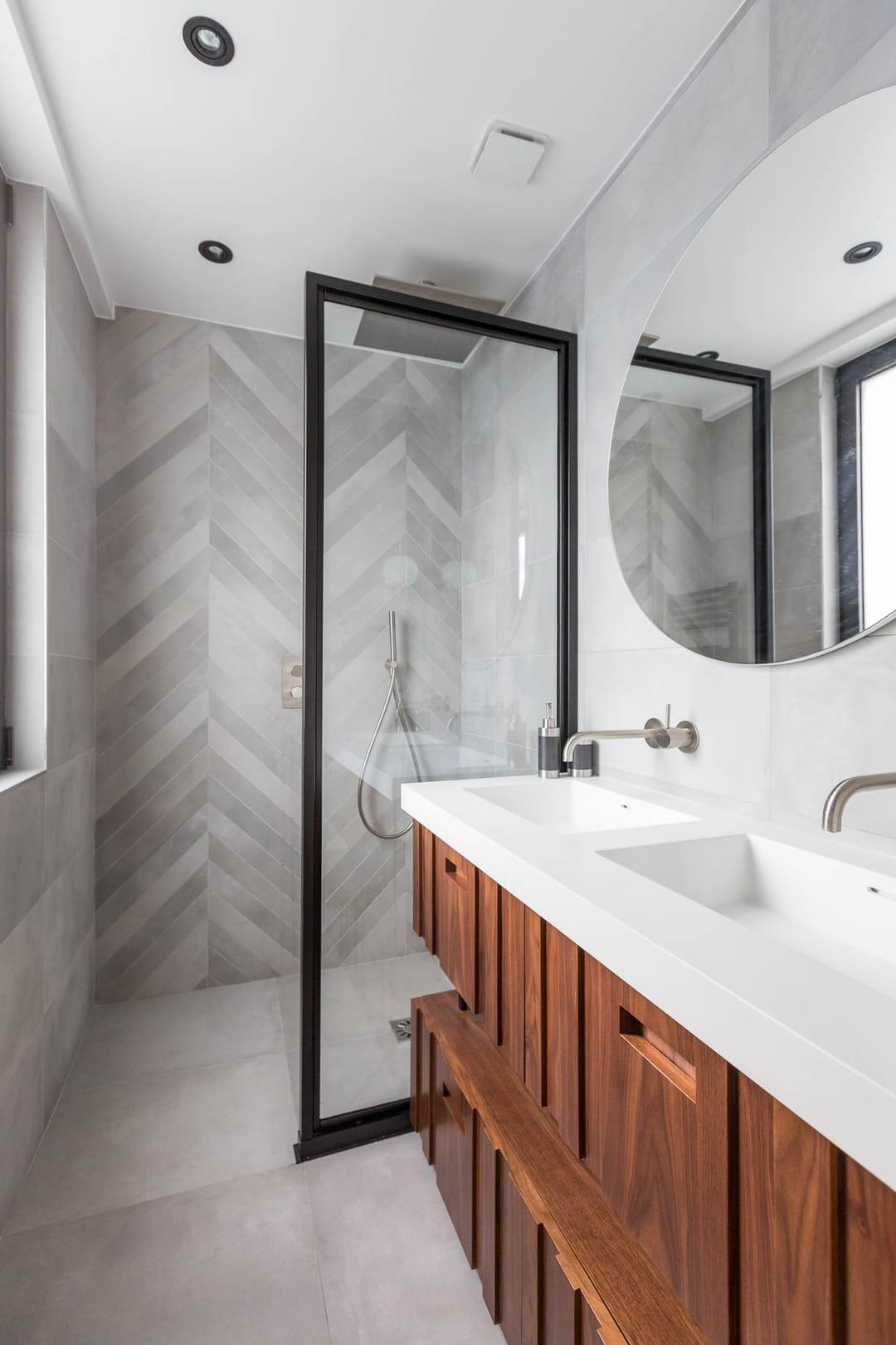 salle-de-bain-marbre-bois-verriere