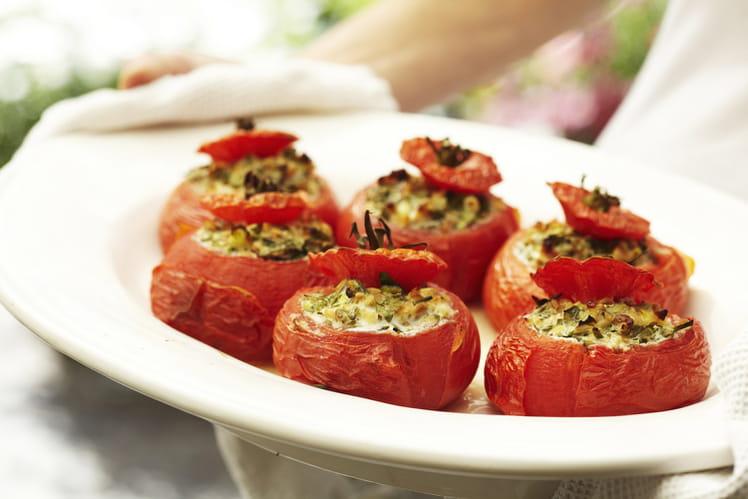 Tomates farcies au fromage frais, aux noisettes et aux fines herbes