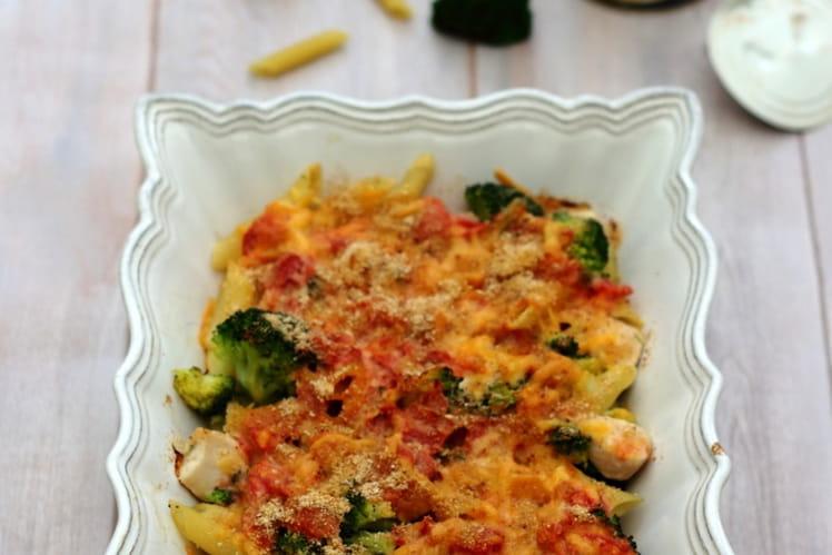 Gratin de pâtes au poulet, brocolis, tomates et cheddar