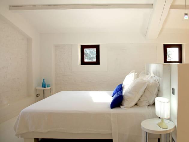 chambre en blanc et bleu. Black Bedroom Furniture Sets. Home Design Ideas