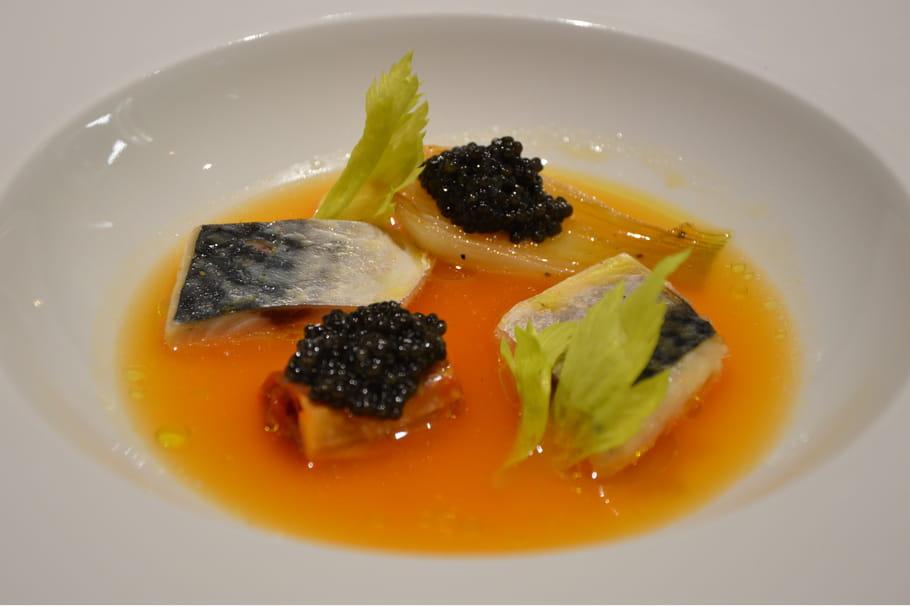 Maquereau poché, caviar Akitania, oignon nouveau, bouillon tomate et céleri