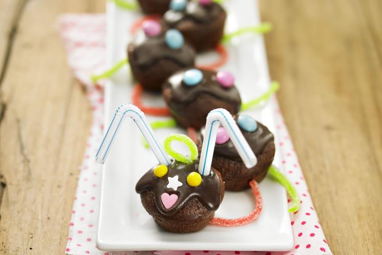Chenille de muffins au chocolat, bonbons et Smarties