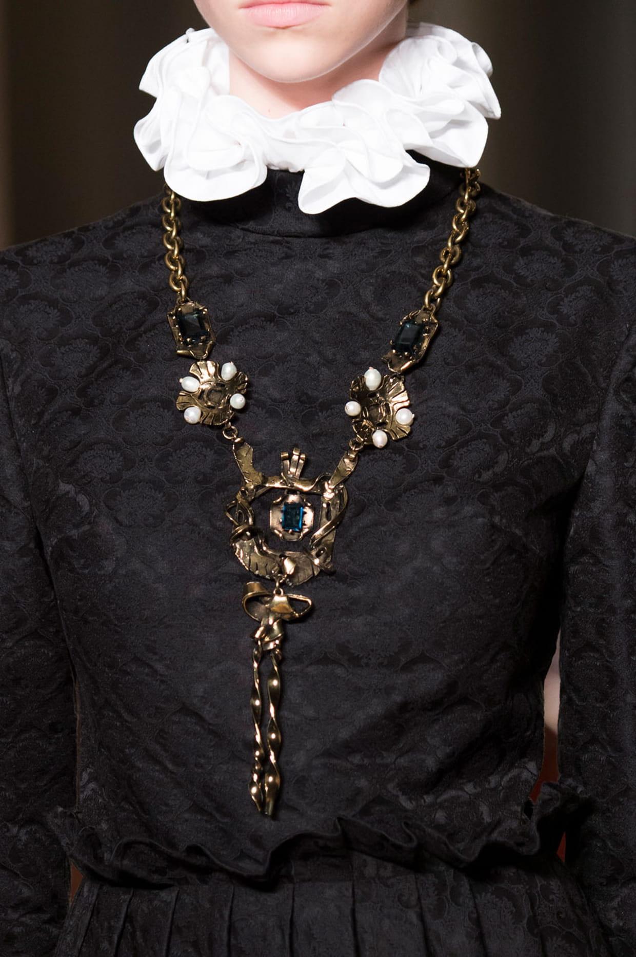 recherche de liquidation invaincu x nouveau style de Les colliers gothiques du défilé Valentino