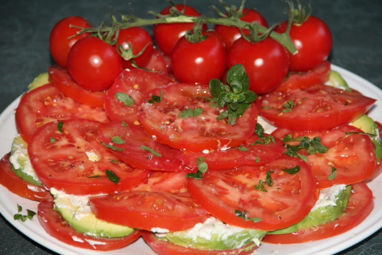 Salade de tomates, avocats, roquefort et fromage frais