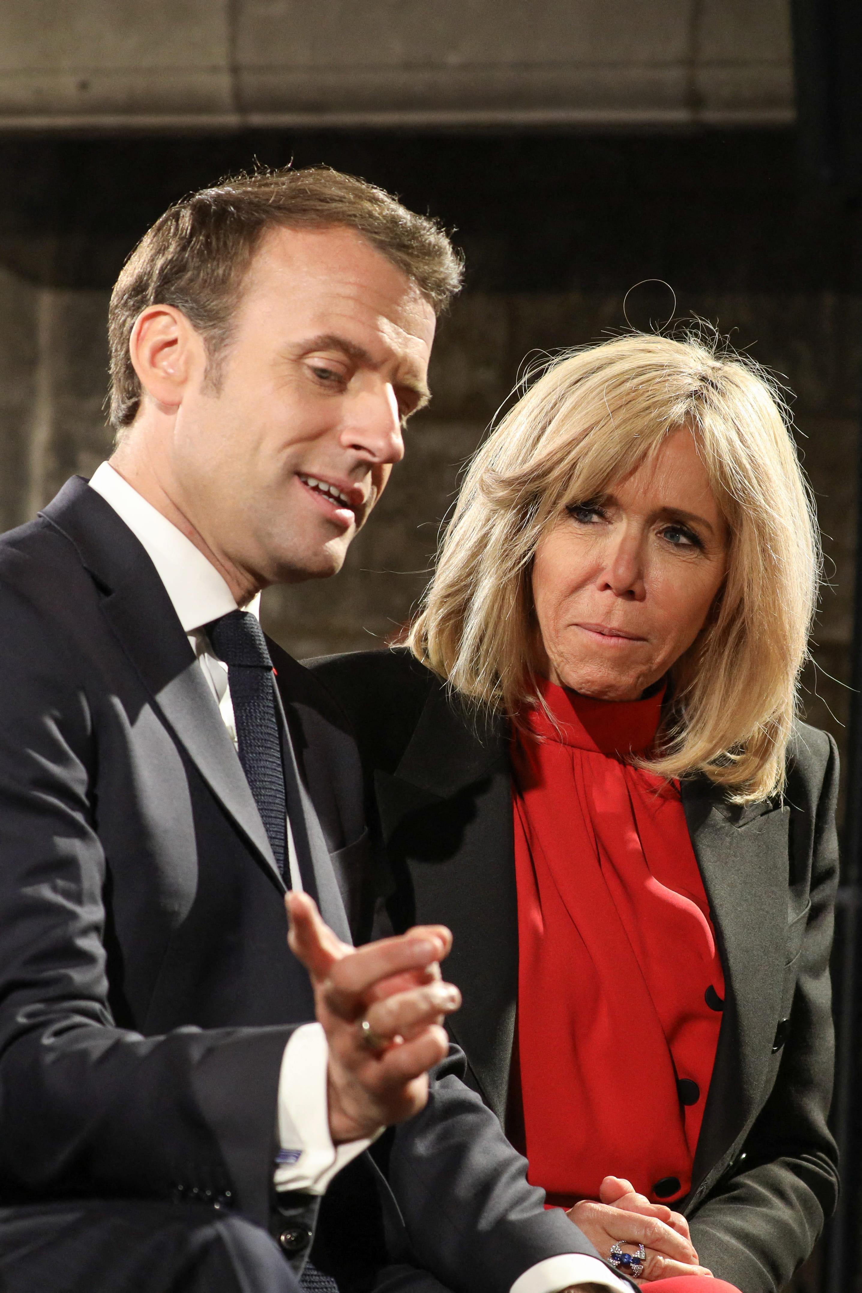 Emmanuel Macron Constamment Recadre Par Sa Femme