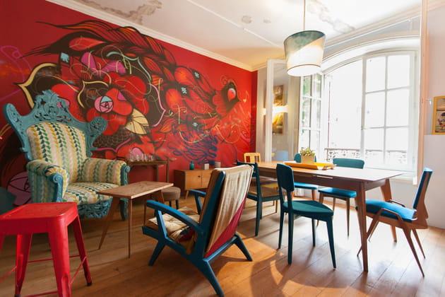 Une grande salle à manger aux couleurs vives