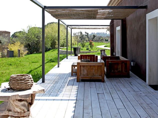 Terrasse en bois pour un mas authentique
