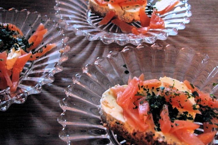 Cheesecake au saumon fumé, crackers et chèvre frais