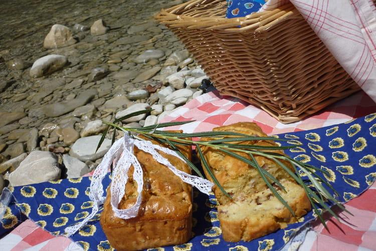 Cake à la tomate confite, jambon cru et dés de brebis