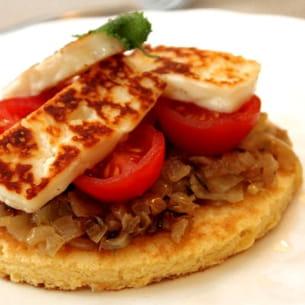 socca niçoise (ou tarte fine de pois chiches) aux tomates rôties et oignons