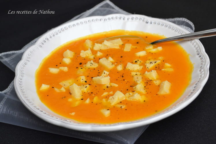 Soupe aux carottes, dés de pommes et vieux comté