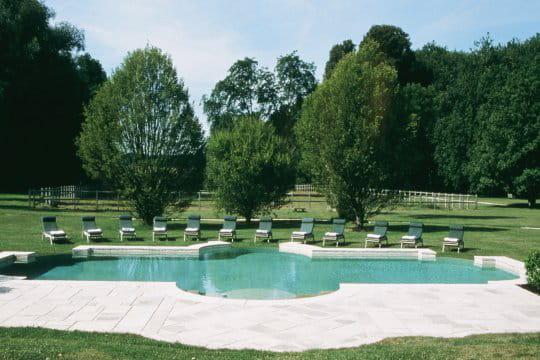Une piscine sous les traits d'un bassin à l'ancienne