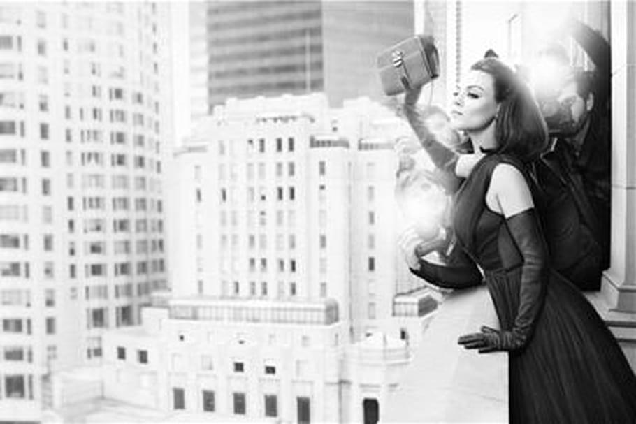 Mila Kunis joue les néo Jackie O. pour Dior