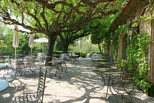 Le restaurant La Cabro dOr propose une cuisine raffinée, à