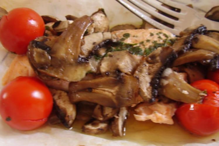 Papillote de saumon, tomates et champignons de Paris