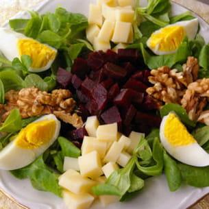 salade de mâche, betterave, gruyère, noix et oeufs