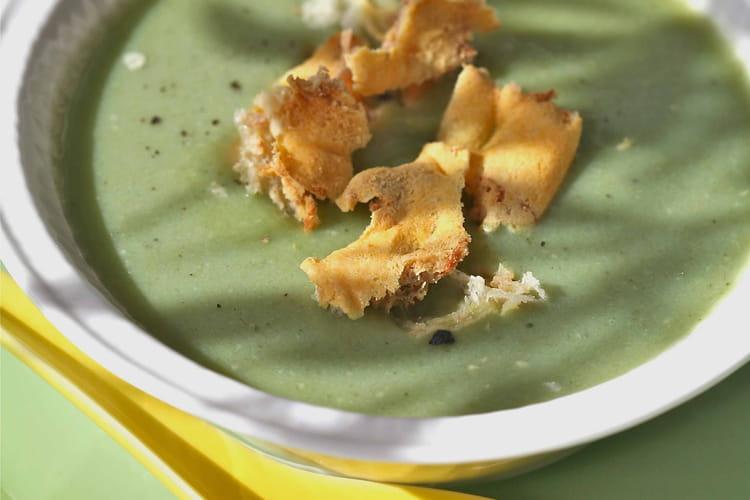 Crème de fèves, croustilles de Pont L'Evêque