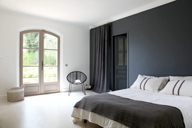 Une chambre d\'adulte en noir et blanc
