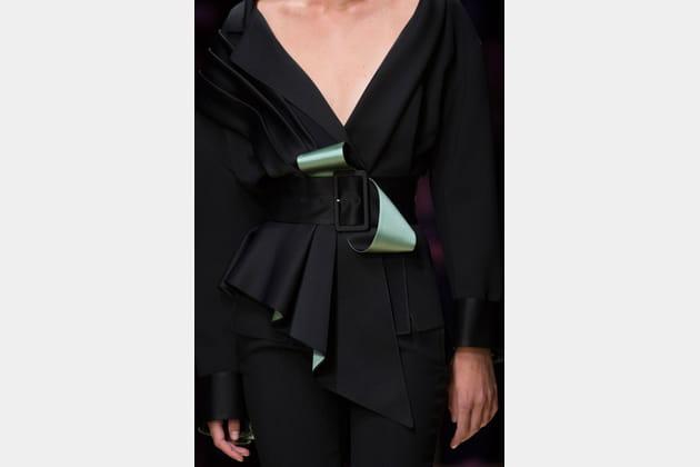 La ceinture bicolore nouée du défilé Atelier Versace