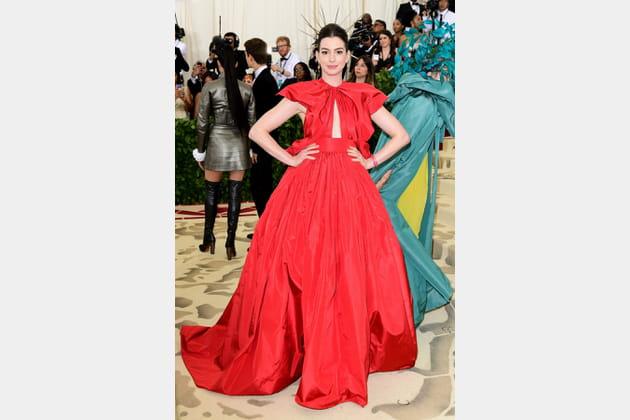 Anne Hathaway en Maison Valentino
