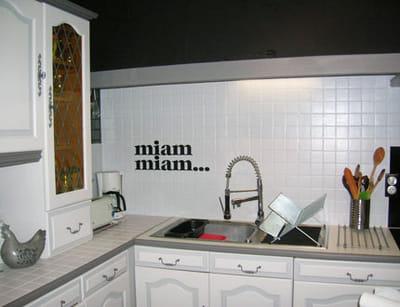 les mots au mur donnent du caractère à la cuisine