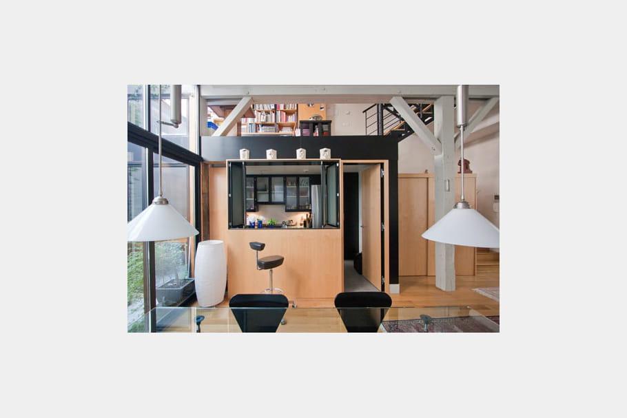 le bloc de la cuisine ambiance industrielle dans un ancien atelier journal des femmes. Black Bedroom Furniture Sets. Home Design Ideas