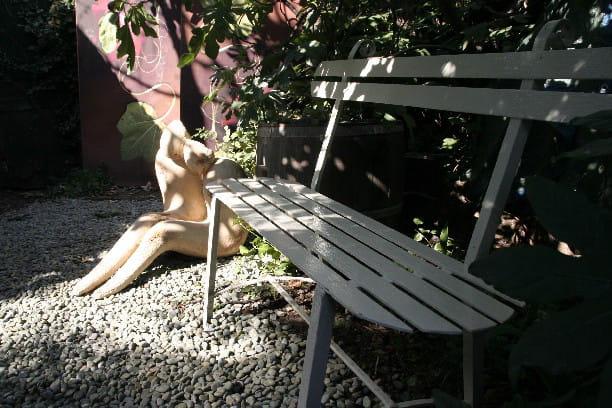 Un hommage aux amoureux des bancs publics for Au coin du jardin montville