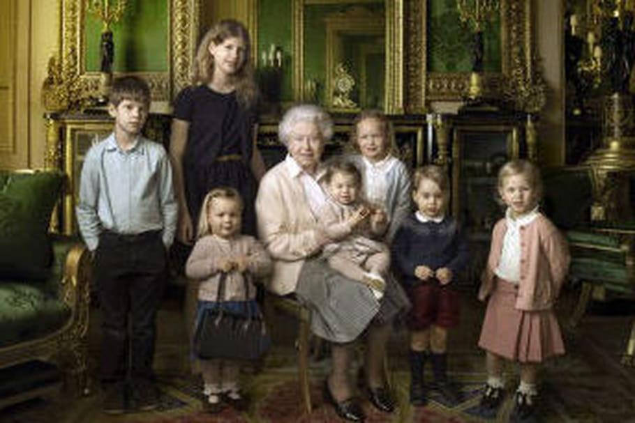 La reine Elizabeth pose avec ses petits-enfants pour ses 90 ans