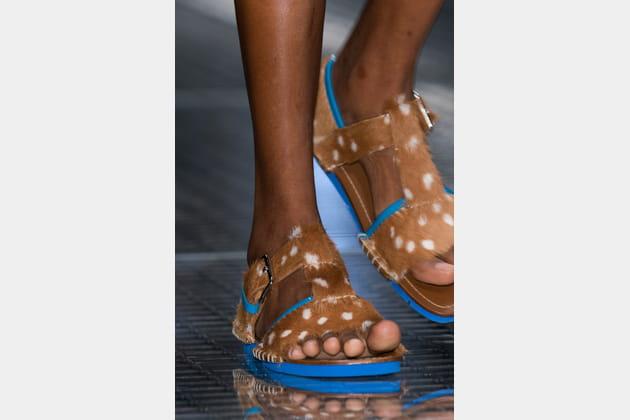Les sandales à imprimé animal du défilé Prada