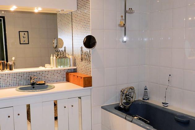 La salle de bains : baignoire