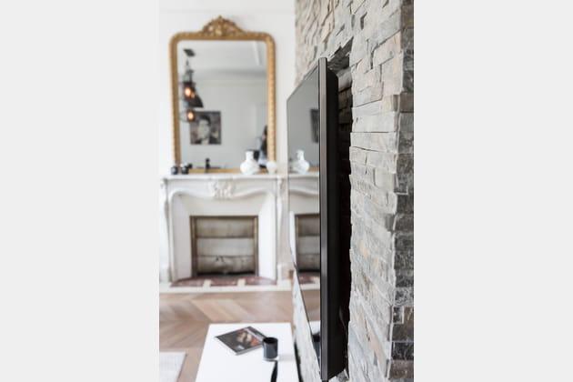 une astuce pour dissimuler le t l viseur. Black Bedroom Furniture Sets. Home Design Ideas