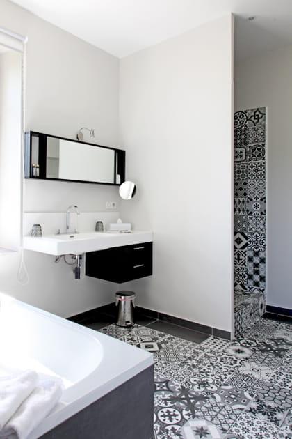 Une salle de bains en carreaux de ciment noirs et blancs