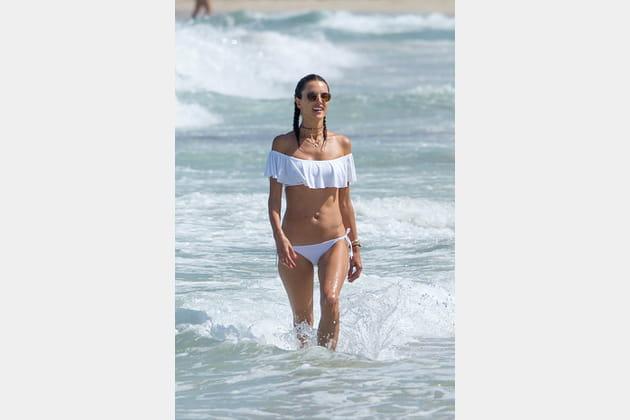 Alessandra Ambrosio, volants et encolure Bardot