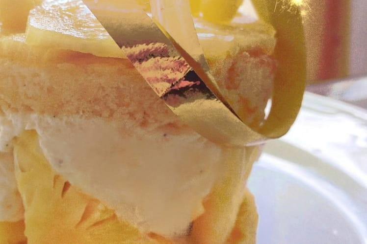 Gâteau à l'ananas, rhum et crème à la vanille
