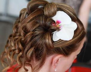 une belle orchidée dans les cheveux