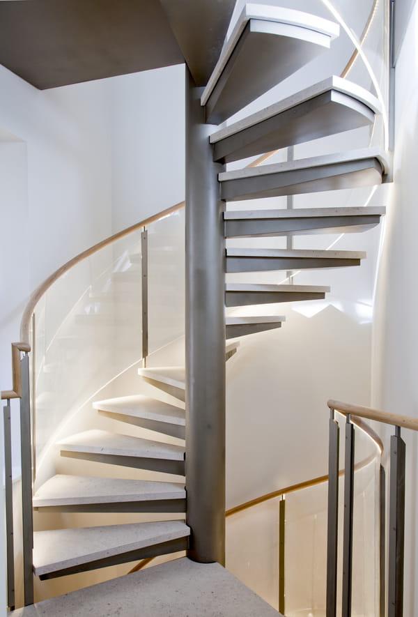 escalier-en-colimacon-eclaire-par-leds