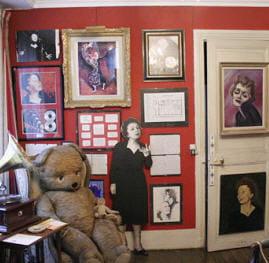 le musée edith piaf conserve de précieux souvenirs de 'la môme'.