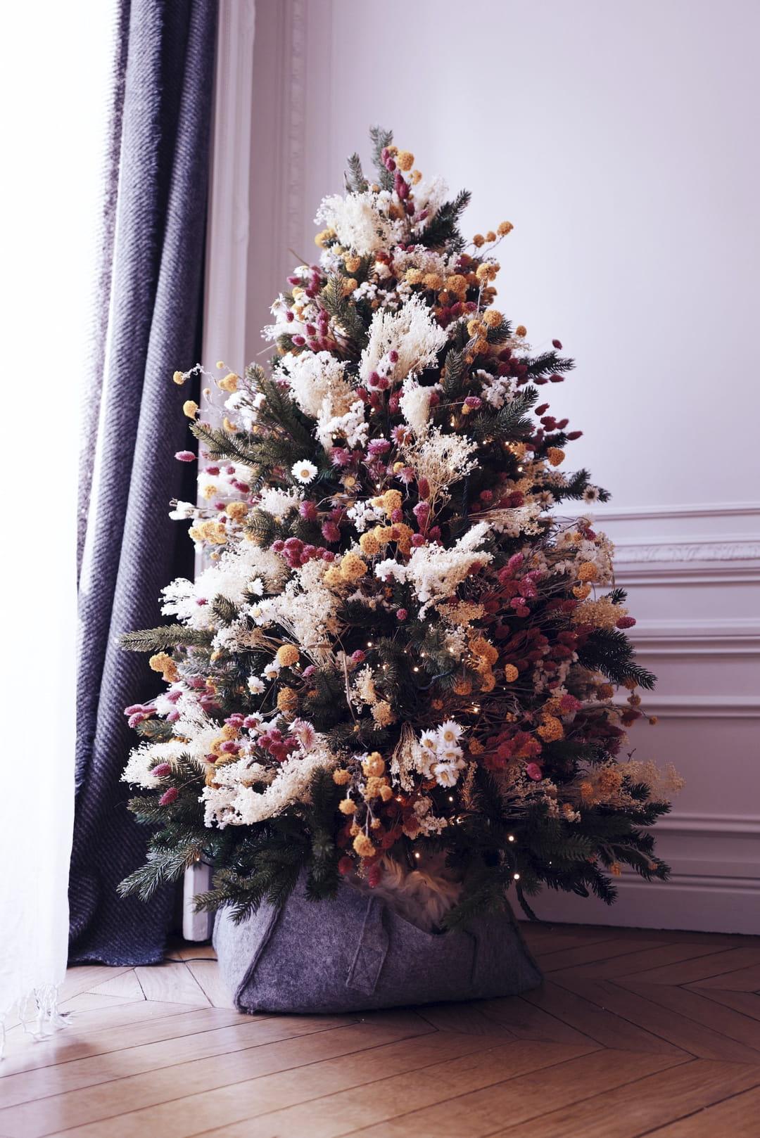 sapin-de-noel-decore-avec-des-fleurs-sechees