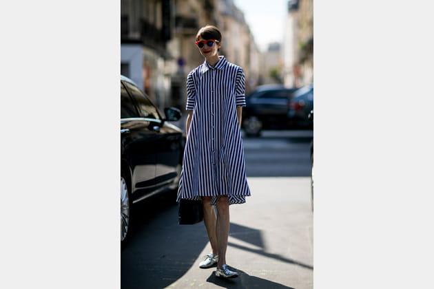 Street style à Paris : la chemise à rayures