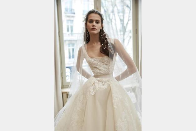 Une robe de mariée au bustier carré
