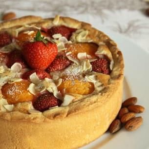 tarte aux amandes, abricots et fraises