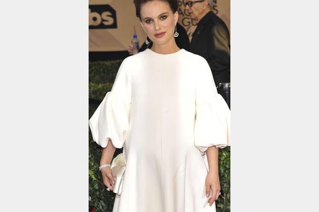 Une robe blanche volumineuse