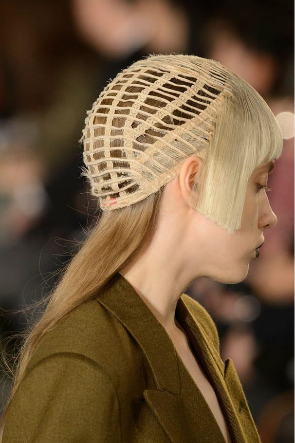 Le bonnet ajouré à frange du défilé Maison Margiela