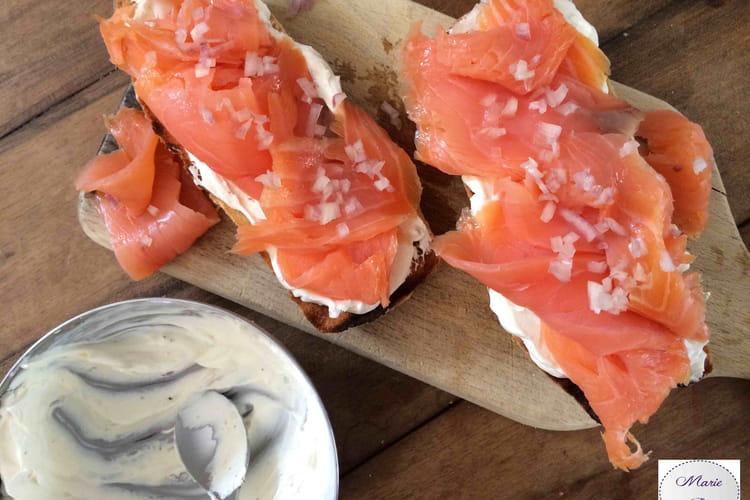 Tartine la vie en rose : saumon fumé, échalotes et fromage frais