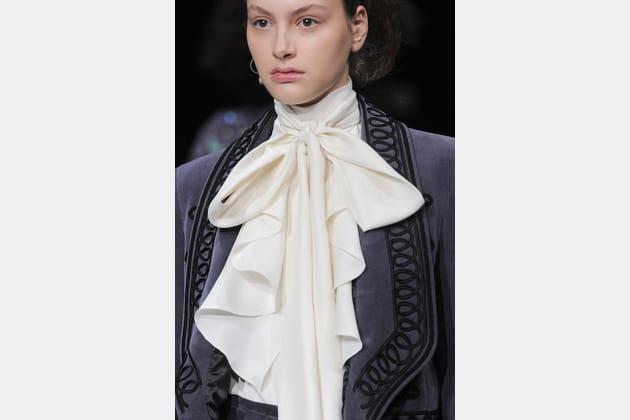 21f109ad1f08 Le foulard lavallière du défilé Temperley London