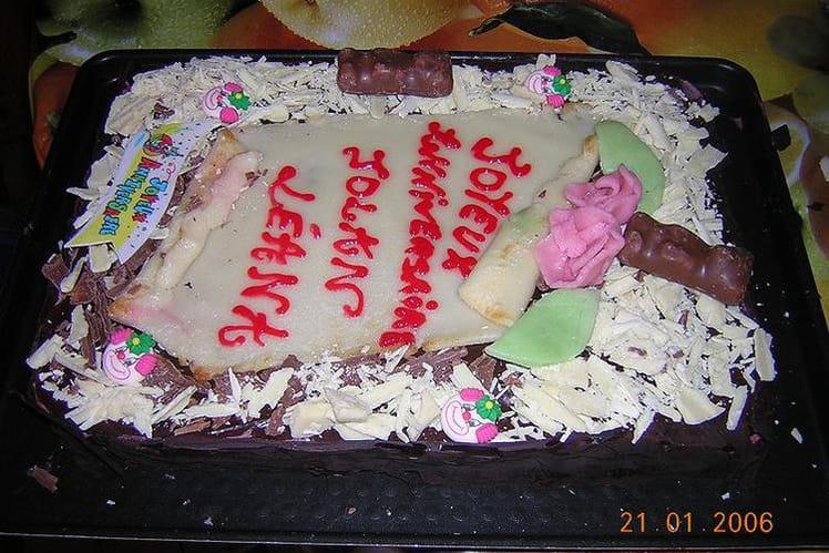 Super gâteau d'anniversaire au chocolat et aux fruits rouges
