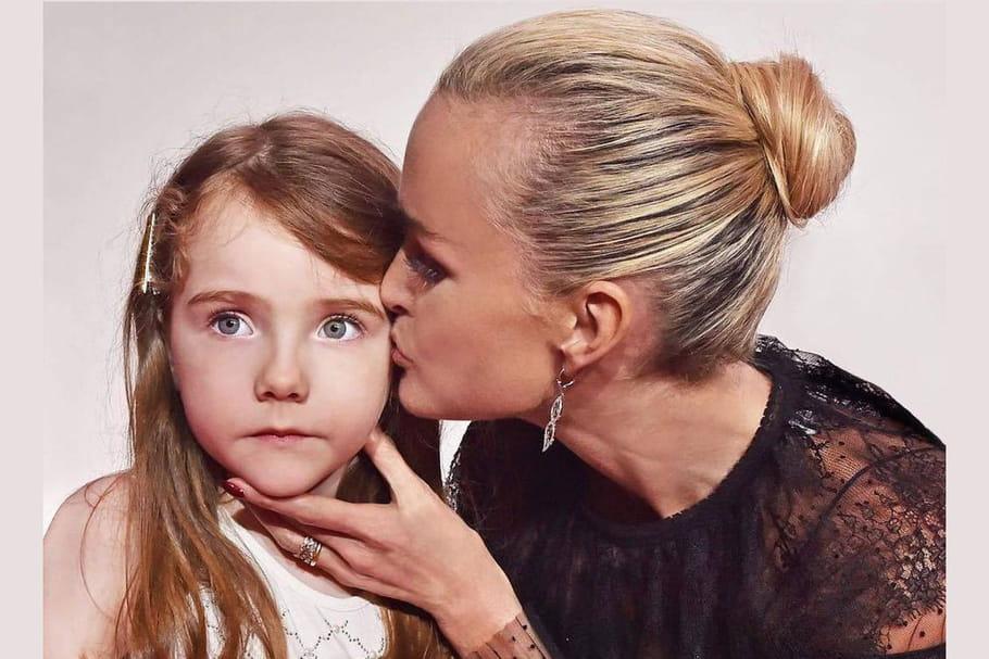 Clarins lance l'opération solidaire #UneJoueUnBisou avec Laeticia Hallyday