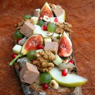 tartine de foie gras, figue, raisin, poire, châtaignes et noix
