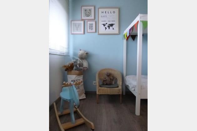 Une chambre de petit garçon bleu tendre